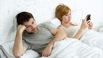 nainen sängyssä hyvännäköinen mies