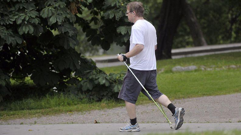 Kuntoilu liikunta seniori mies sauvakävely käveleminen sauvakävelijä helsinki töölönlahti kesä helle