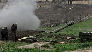 Armenian joukkojen tykistöä Vuoristo-Karabahin alueella 3. huhtikuuta 2016.