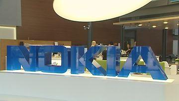 Nokia-logo ja ihmisia