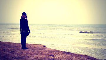 nainen_rannalla