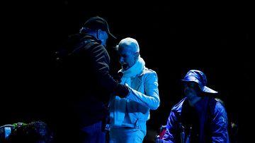 Marie Fredriksson autettaan tuoliin lavalla 2015