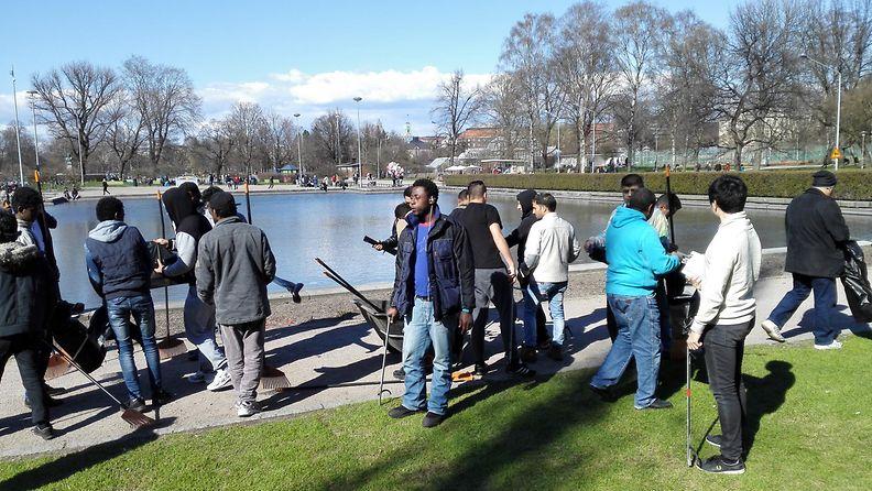 Turvapaikanhakijat siivoamassa Helsingissä vappupäivänä 1