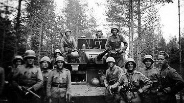 4 vaunu ja sotilaat