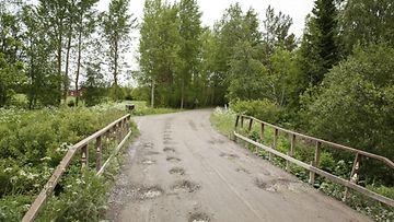 Hanhikivelle vievä hiekkatie Hanhikivenniemellä Pyhäjoella 26. kesäkuuta 2015. Fennovoima on saanut valtioneuvoston luvan ottaa alueen mökit hallintaansa ydinvoimalaitoksen tieltä.