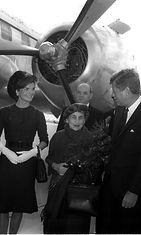 Presidentti Urho Kekkonen (vas.) ja rouva Sylvi Kekkonen (toinen oikealta) tapasivat presidentti John F. Kennedyn ja rouva Jacqueline Kennedyn valtiovierailulla Yhdysvaltoihin syksyllä 1961