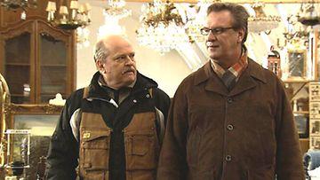Salatut elämät – Seppo (Jarmo Koski) ja Ismo (Esko Kovero) ostoksilla.