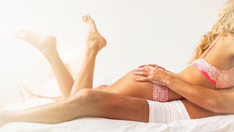 mies ja nainen sängyssä seksi pillu