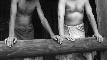 Lasse Viren ja pääministeri Harri Holkeri vilvoittelemassa saunan ja Lassen hölkän jälkeen 20.9.1987
