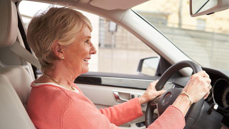 nainen_ajaa
