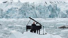 Video: Pianisti huolissaan arktisista alueista – soitti koskettavan s�velm�n j��lautalla ajelehtiessaan