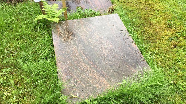 Kaatunut hautakivi, Honkanummen hautausmaa