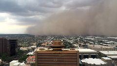 Video: Hiekkamyrsky vy�ryi yli kaupungin – toisaalla posotti vett� yli �yr�iden