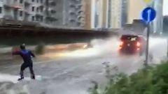 Video: Moskovan kadut tulvivat enn�tyssateista – mies surffaa keskell� keskustaa