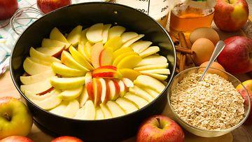 raaka omenapiirakka
