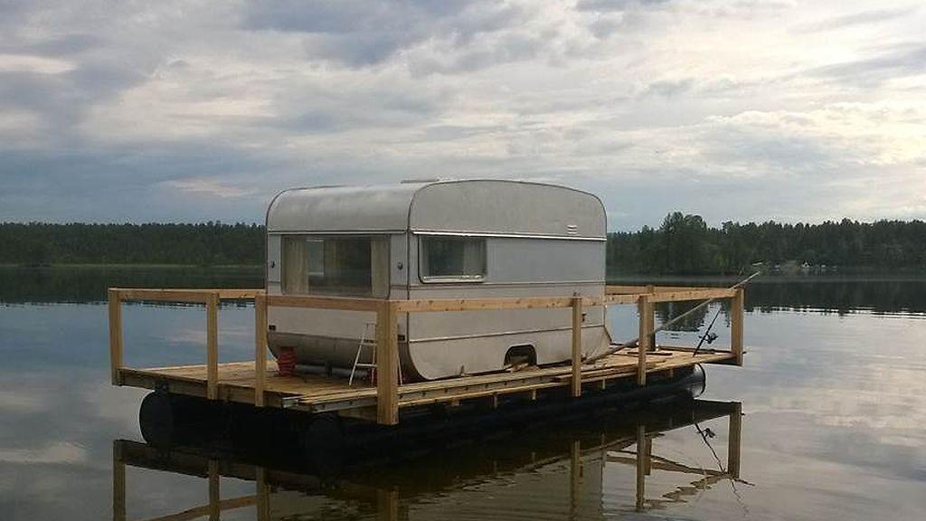 """Kalevi, 80, seilaa asuntovaunulla järvellä – """"Kun makuupussiin menee, hyvin tarkenee"""""""