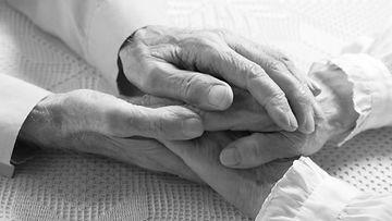 vanha pariskunta käsi kädessä