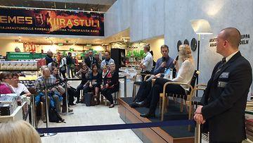 Anneli Auer markkinoimassa kirjaansa Helsingissä 1.10.2016