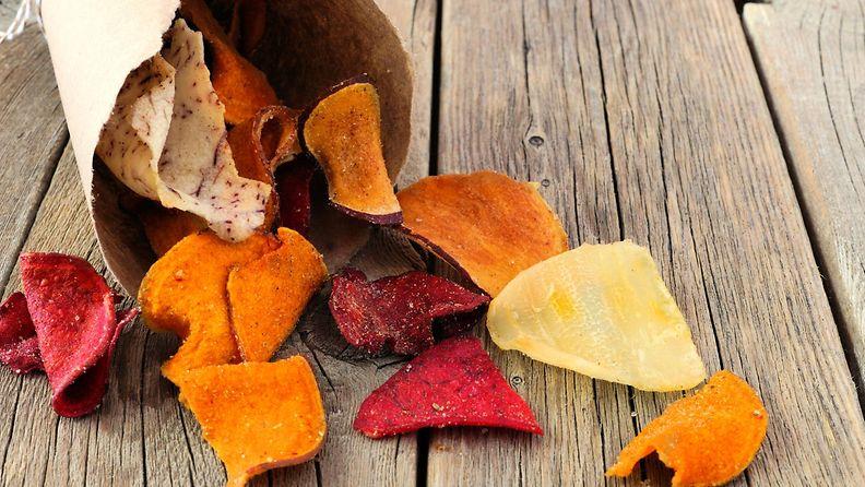 Kotimaisista juureksista syntyy terveellisiä, maukkaita sipsejä naposteluun.