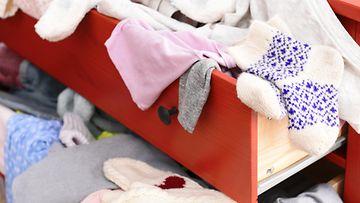 sotkuinen huone, lipasto, vaatteet
