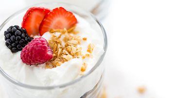 Kreikkalainen jogurtti mysli hedelmät aamupala