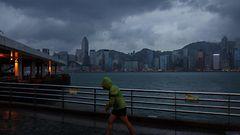 Haima-taifuuni vy�ryi Hongkongin ohi – osa innostui leikkim��n myrskyaalloissa