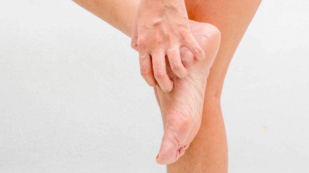 Jalkojen ja varvasvälien kuntoa tulisi tarkkailla viikoittain kutinaa  aiheuttavan jalkasilsan toteamiseksi. Shutterstock 4addc033f1