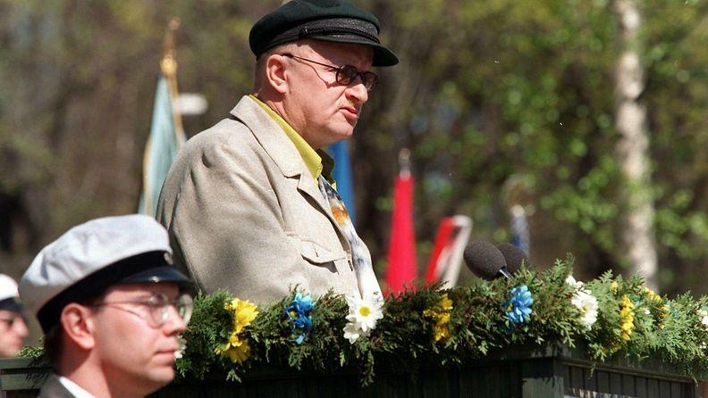 Juice Leskinen lausui juhlarunon Maamme-laulun 150-vuotisjuhlassa Kumtähden kentällä Helsingissä 13.5.1998