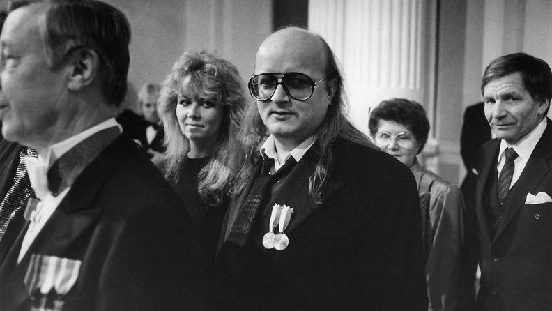 Juice Leskinen Tarja-vaimoineen Linnan juhlissa 6.12.1986 1
