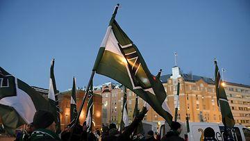 Uusnatsistisen Pohjoismaisen vastarintaliikkeen (PVL) jäseniä kokoontuneena Hakaniementorille ennen Kaisaniemen puistoon suuntautuvaa marssia Helsingissä itsenäisyyspäivänä 6. joulukuuta 2016. Suomen vastarintaliike (SVL) muodostaa yhdessä Ruotsin, Norjan ja Tanskan vastarintaliikkeiden kanssa Pohjoismaisten vastarintaliikkeen.