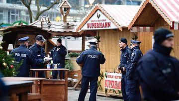 Poliisi partioi lähellä berliiniläistä joulutoria, jossa väkijoukkoon ajanut rekkakuski surmasi 12 ihmistä 19.12.2016.