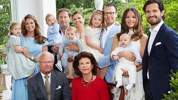 Ruotsin hovi perhepotretti kesä 2016 (Victoria, Daniel, Madeleine, Chris, Carl Philip, Sofia, Kaarle Kustaa, Silvia)