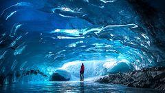 Hämmästyttävä näky: Kiipeilijä ikuisti kimaltelevan jääluolan