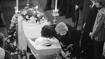 Kirka jättää jäähyväiset Sammylle 1973