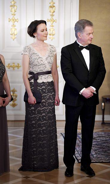 Jenni Haukio hehkui sinivalkoisessa pitsimekossa – pukuloistoa presidenttiparin iltajuhlassa ...
