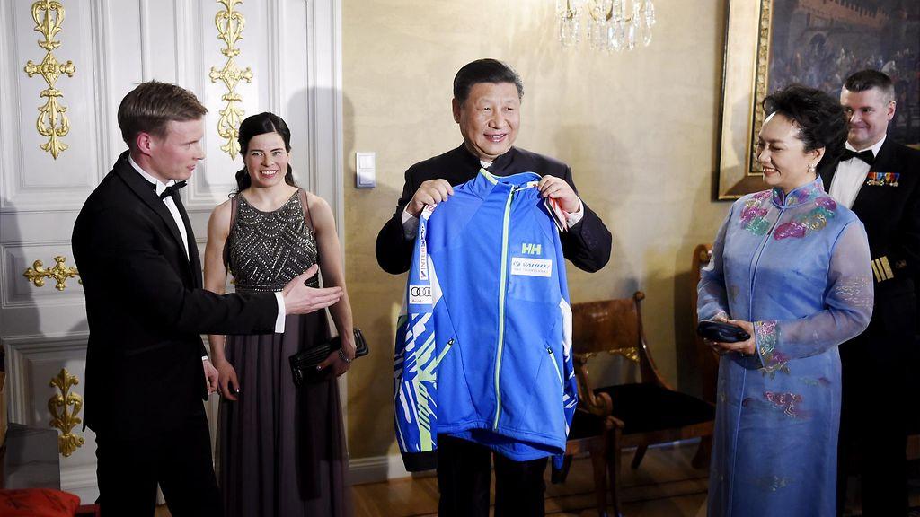 Viikon uutiskuvat: Hymyili se Kiinan presidenttikin, kun suomalaisen tuulipuvun lahjaksi sai ...