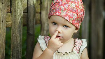 lapsi kaivaa nenää