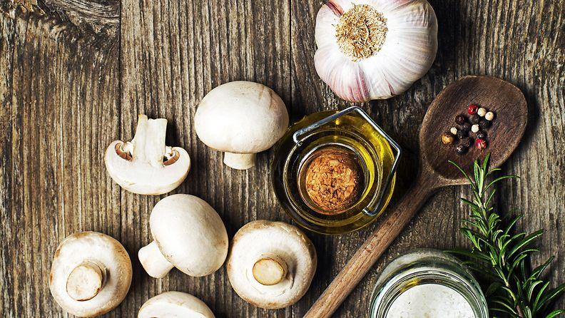 sienet öljy rosmariini feikkipekoni valkosipuli