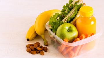 eväät banaani leipä omena hedelmiä shutterstock