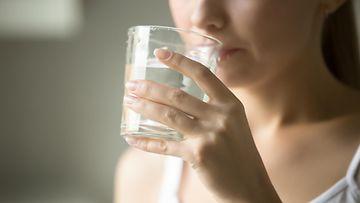 vesi nainen juo vettä