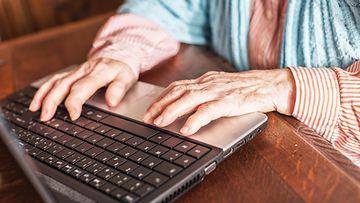 vanhus ja tietokone