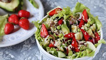salaatti quinoa mansikat avokado lounas