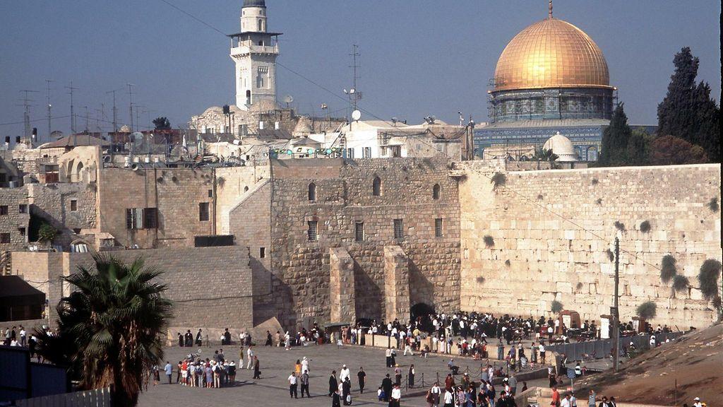 Israel estää alle 50-vuotiaiden miesten pääsyn Jerusalemin pyhälle rukouspaikalle - Ulkomaat ...