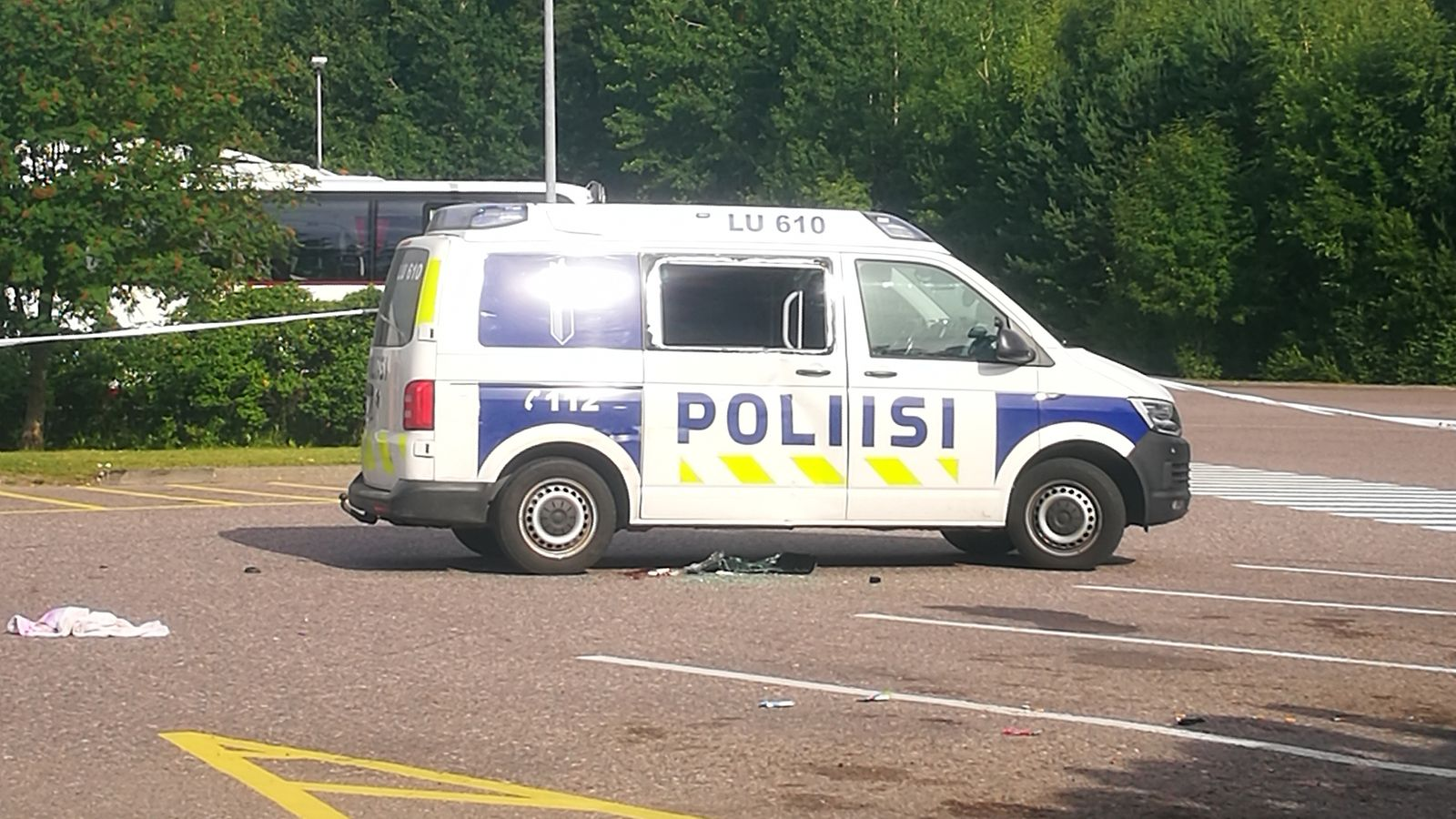 Karkkilan kiinniottotilanteessa loukkaantuikin kaksi poliisia – poliisi jäi peruuttaneen auton ...