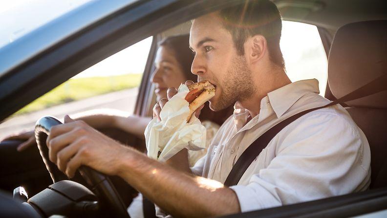 syöminen auton ratissa