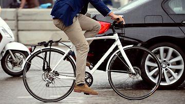 pyörä ja auto