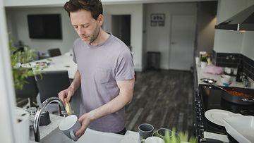 mies tekee kotitöitä
