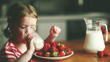 tyttö juo maitoa