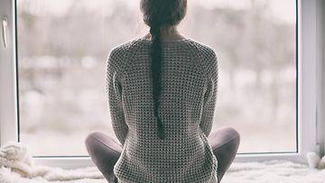 nainen yksin kotona