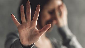 väkivalta suhde nainen